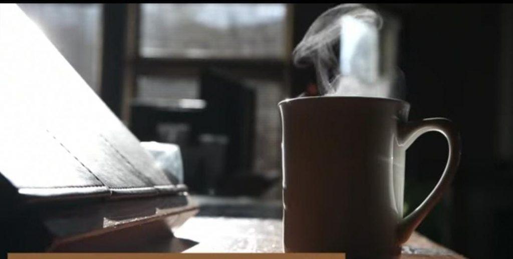 كم يحتوي الشاي على كافيين مقارنة بالقهوة؟